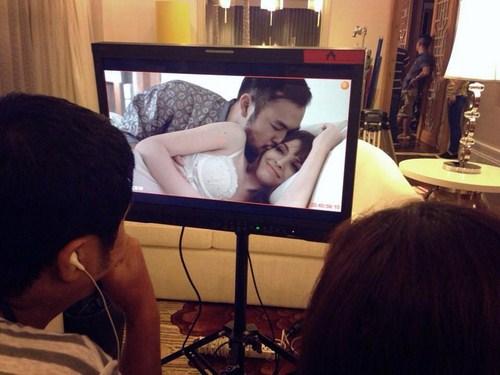 Ekip trường quay đang chỉnh sửa cảnh quay của Andrea với người tình bí ẩn.