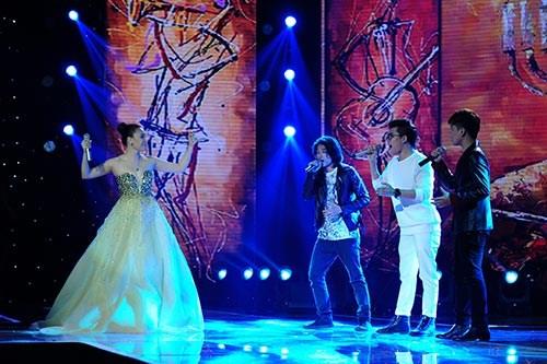 Hồ Quỳnh Hương cùng các học trò Tích Kỳ, Thái Ngân, Chí Thành xuất hiện trên sân khấu biểu diễn một ca khúc đặc biệt đầy ý nghĩa