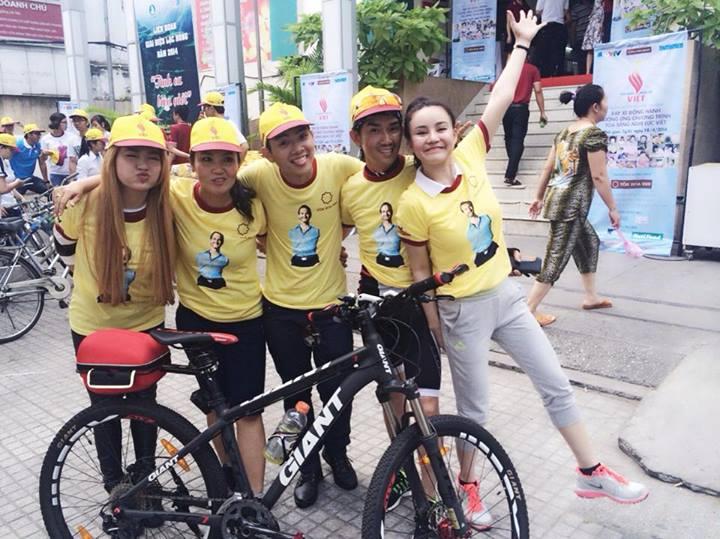 Hào hứng tạo dáng trong bộ đồng phục của Tỏa sáng nghị lực Việt.