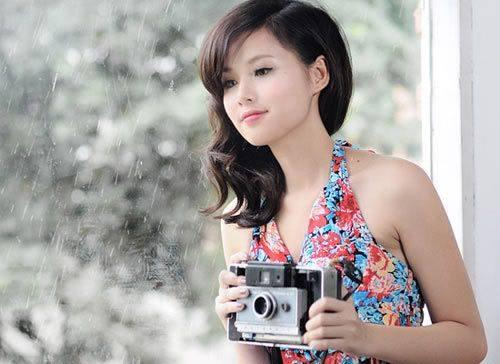 Phong cách hiện đại pha lẫn chút mỏng manh, cổ điển khiến hình ảnh của cô gái trẻ ngày càng cuốn hút.