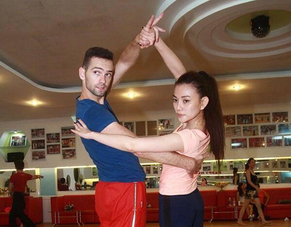 Thu Thủy tập luyện cùng bạn nhảy