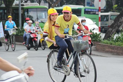 Hoài Lâm quên cả mệt nhọc cười vui khi đèo MaiA bằng ce đạp.