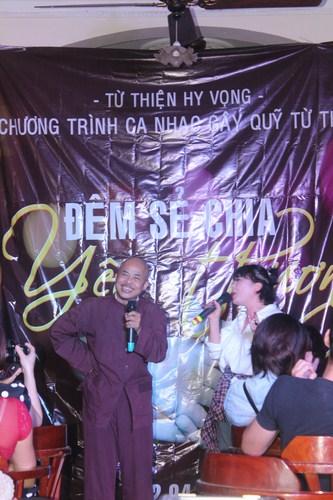 Hai nghệ sĩ hài Hán Văn Tình và Trà Mỳ say sưa biểu diễn.