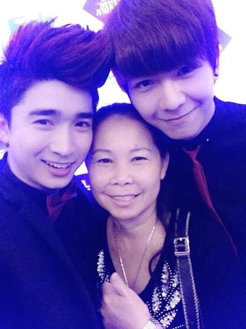 Huy Khánh cũng khá thân thiết với mẹ Khởi My. Anh chàng cũng song hành cùng cô nàng về quê vài lần