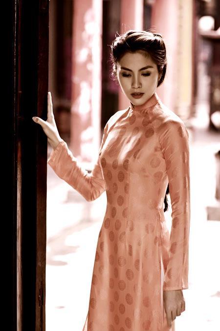 Sở hữu thân hình mảnh mai, cùng khuôn mặt xinh đẹp, Hà Tăng không bao giờ phải cầu kỳ từ trang phục, make up hay làm tóc.