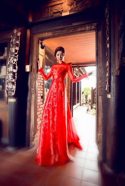 Vẻ đẹp sắc sảo, mặn mà của Ngọc Quyên càng rõ nét trong sắc đỏ tà áo dài truyền thống