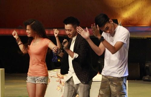 Đồng Lan với cá tính lạ trên sân khấu.