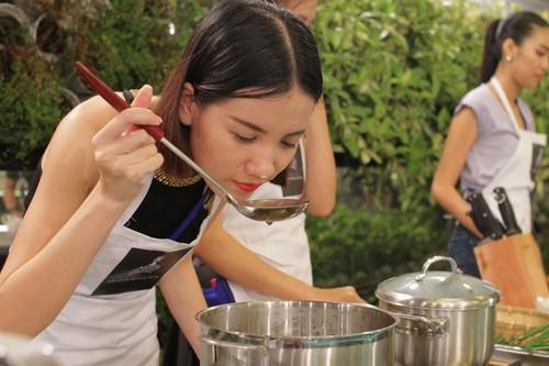 Các thí sinh Hoa khôi áo dài Việt Nam học nấu ăn cùng đầu bếp Minh Nhật