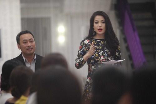 Đạo diễn Nguyễn Quang Dũng và diễn viên Trương Ngọc Ánh đang hướng dẫn các thí sinh tại Lâu đài sắc đẹp