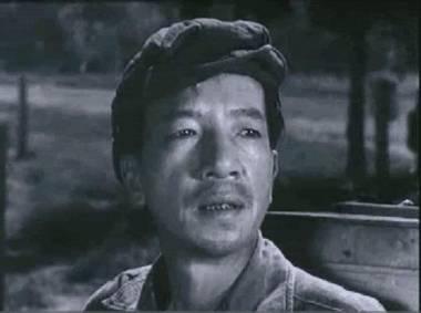 """Trong phim Chuyến xe bão táp (1977), NSND Trịnh Thịnh thủ vai ông Tình, một người đàn ông hiền lành và hay có những cử chỉ """"dĩ hòa vi quý""""."""