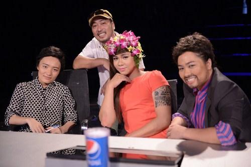 Đạo diễn Quang Dũng chụp hình với 3 vị giám khảo giả.
