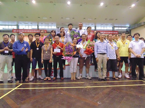 Các đồng chí lãnh đạo trao huy chương cho các đội có thành tích cao giải kéo co.