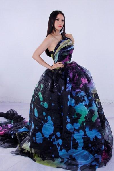 Trương Ngọc Ánh đã mở đầu hình hiệu khi khoác lên mình chiệc đầm đen vô cùng sang trọng được chính nhà thiết kế Hoàng Minh Hà