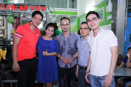 Hai vợ chồng Bình Minh - Anh Thơ chụp ảnh cùng bạn bè