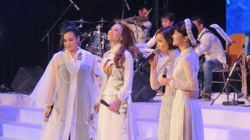 Mỹ Tâm hát cùng 3 diva hàng đầu Việt Nam Thanh Lam, Hồng Nhung, Mỹ Linh.