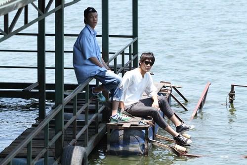 Đặng Khánh đã bắt tay với người mẫu Văn Kiên giới thiệu đến khán giả hâm mộ bộ sưu tập tại Hà Nội.