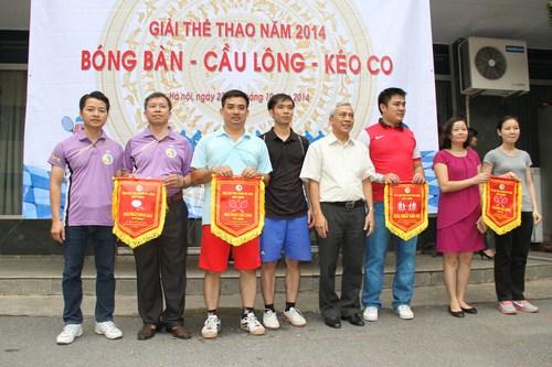 Đồng chí Ngô Qúy Việt trao giải nhất cho các đội thi Bóng bàn - Kéo co  và Cầu lông