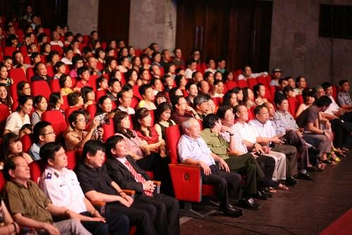 Khán giả có mặt tại Cung Văn Hóa Hữu Nghị.