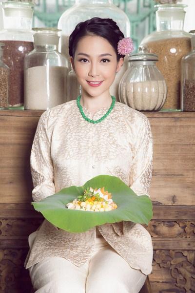 Ngọc nữ làng múa tự tin, kiêu sa trong trang phục giản dị