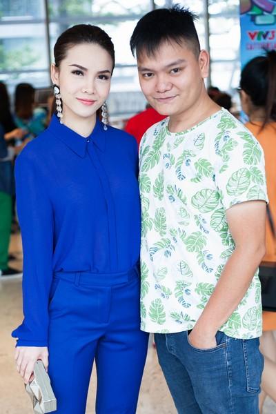 Bạn thân của ca sỹ Yến Trang, giám đốc hình ảnh Trịnh Tú Trung cùng chàng trai đang được yêu thích của chương trình Nhân Tố Bí Ẩn - Chí Thành cũng tranh thủ thời gian đến tham gia buổi họp báo và ủng hộ cho vai trò mới của chị bạn Yến Trang.