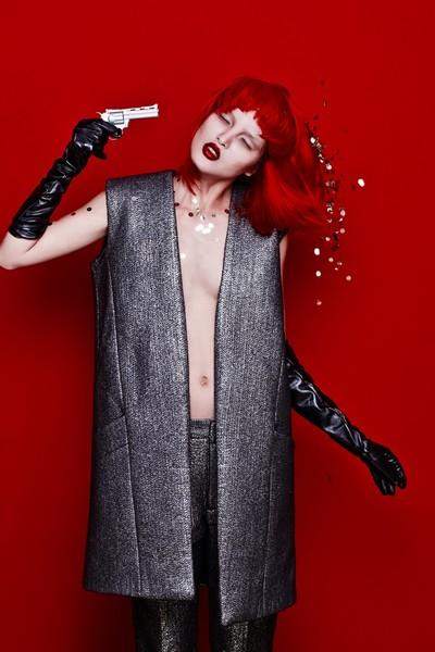 Với sắc đỏ nổi bật của bộ trang phục và tông màu chủ đạo của bộ ảnh, Chà Mi như biến thành một người hoàn toàn khác lạ vừa ma mịVới sắc đỏ nổi bật của bộ trang phục và tông màu chủ đạo của bộ ảnh, Chà Mi như biến thành một người hoàn toàn khác lạ vừa ma mị