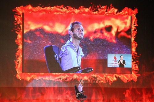 Nick và phần diễn thuyết của anh trên sân khấu Tỏa sáng nghị lực Việt.