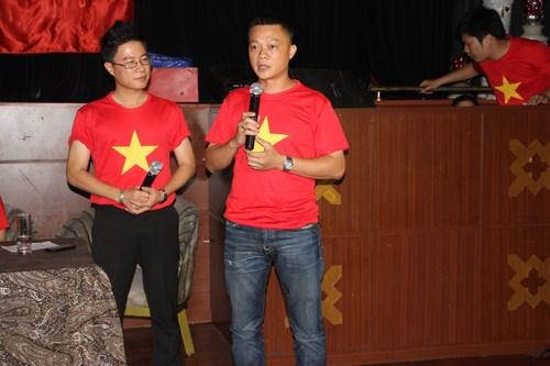 Nhà báo, đạo diễn Quang Minh trò chuyện với khách mời trong buổi họp báo.