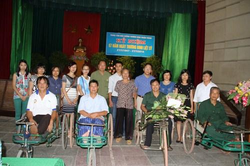 Các đồng chí trong đoàn Tổng cục TĐC  chụp ảnh kỉ niệm cùng các thương bệnh binh t