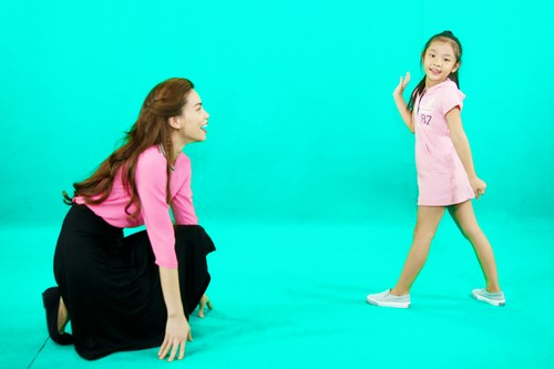 Hồ Ngọc Hà tỏ ra khá thích thú với việc huấn luyện cho cô học trò nhí của Yến Trang