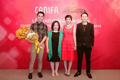 Lý giám tiền và Hoàng Minh Hà chụp ảnh cùng đại diện Canifa