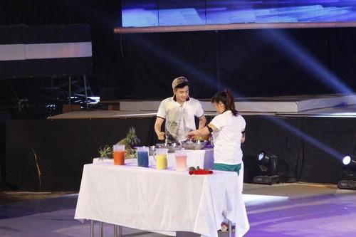 """Minh Thuỳ trở thành """"bartender"""" duyên dáng"""