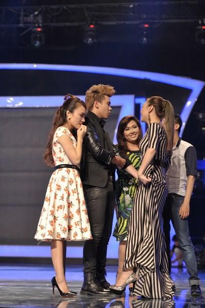 Mỹ Tâm động viên Đông Hùng sau khi có kết quả chính thức từ bình chọn của khán giả.