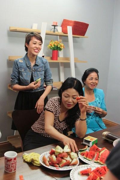 Niềm hạnh phúc của mẹ các thí sinh tham gia Nhà thiết kế thời trang Việt Nam khi được găoj gỡ con mình.