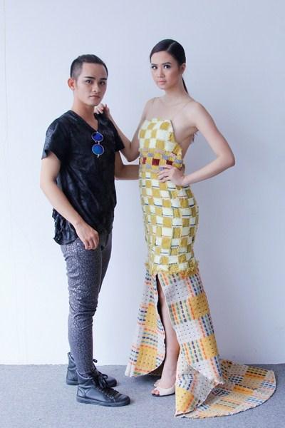 Người mẫu Thúy Hạnh đã thể hiện rất tốt phần trình diễn cho bộ trang phục của Tuấn Vũ, họ cũng rất ăn ý khi làm việc cùng nhau