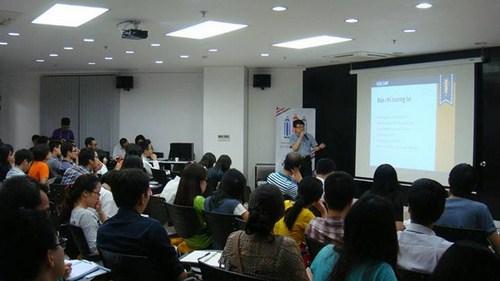 Các thí sinh chăm chú teo dõi phần thuyết giảng của các chuyên gia.