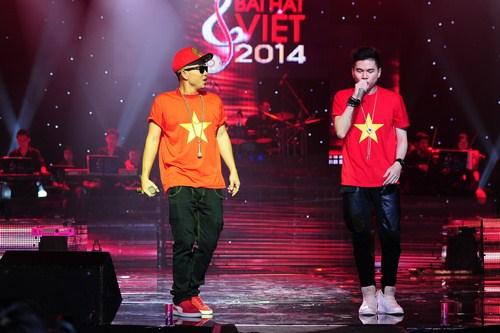 """Giải thưởng """"Ca sĩ thể hiện hiệu quả nhất"""" đã thuộc về hai chàng trai nhóm nhạc FBoiz: Hoàng Tôn và Phúc Bồ qua ca khúc Tên tôi Việt Nam"""
