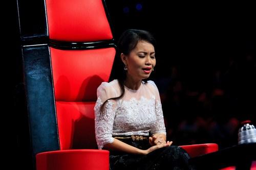 Cẩm Ly đã tiến thẳng lên sân khấu để đứng bên cạnh khích lệ thêm tinh thần cho thí sinh này