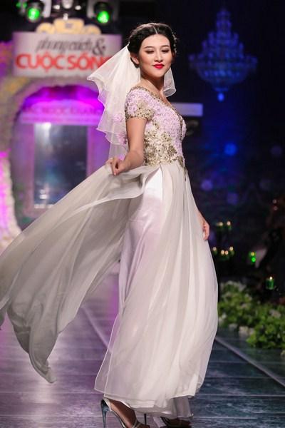 Áo dài cưới là một trang phục phù hợp cho vóc dáng của các cô gái