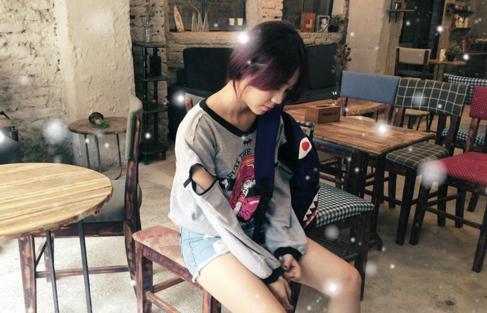 Set đồ này của Trang Thiên chắc chắn sẽ khiến những bạn gái mê mẩn. Quần jeans rách, áo thun họa tiết, balo cá tính - đây quả là một bộ đồ lý tưởng để dạo phố ngày