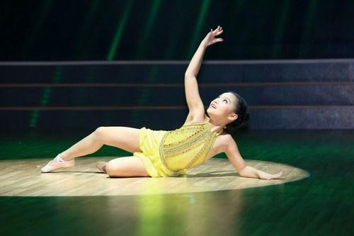 Thí sinh Nguyễn Trang Linh trên sân khấu Bước nhảy hoàn vũ nhí