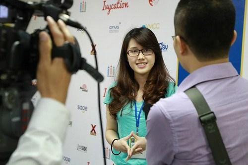 Thí sinh tham dự Media Camp tự tin trước ống kính phóng viên.