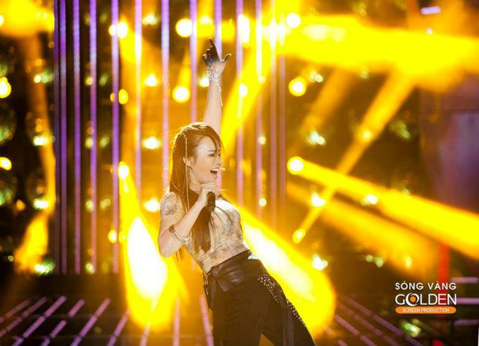 """Trong tập 3 Gương mặt thân quen, Vy Oanh đã hóa thân thành ca sĩ Phương Thanh với ca khúc """"Trống vắng"""" bản hit một thời của nữ ca sĩ Phương Thanh"""