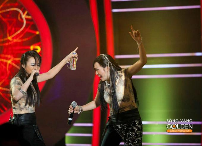 của Phương Thanh với phần trang phục, phụ kiện giống hệt Vy Oanh, để hỗ trợ cho màn biểu diễn của Vy Oanh