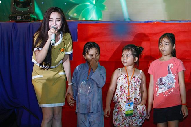Nữ ca sĩ vui vẻ, hồn nhiên ca hát cùng các em nhỏ. Vy Oanh nhận được nhiều lời đề nghị thể hiện ca khúc Đồng xanh khi tham gia chương trình.