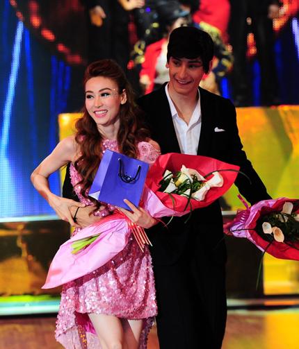 Ngân Khánh và bạn nhảy nhận giải cặp đôi được nhiều bình chọn nhất từ người hâm mộ trong tuần trước.