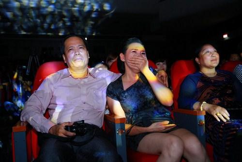 Bố mẹ luôn dõi theo từng bước đi của Khắc Việt