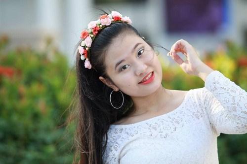 Thừa hưởng từ mẹ tính cách cá tính, sắc sảo song vẫn giữ nét hiền dịu, nết na, nghệ sỹ trẻ Vương Linh luôn tự hào khi có mẹ ủng hộ trên con đường nghệ thuật. Ảnh NVCC