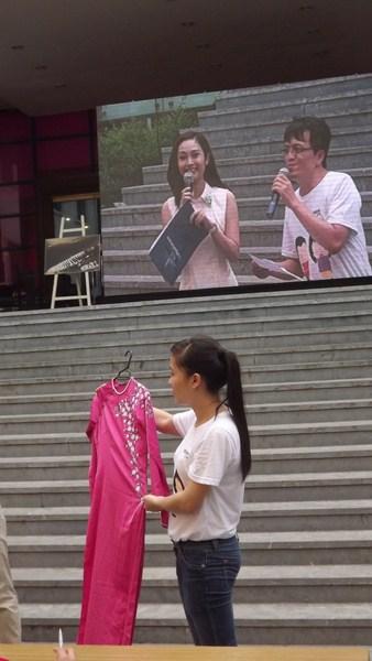 Áo dài của diễn viên Dương Cẩm Lynh trong phiên đấu giá buổi chiều tại hội chợ Mottainai với giá 500 nghìn đồng.