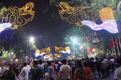 Bắt đầu từ 7 giờ tối, các tuyến phố Hàng Bài, hàng Khay, Tràng Tiền, Đinh Tiên Hoàng xung quanh bờ hồ Hoàn Kiếm bắt đầu tiến hành chắn rào, hạn chế các phương tiện tham gia giao thông di chuyển vào khu vực bờ hồ.