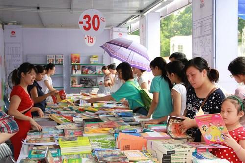 Tủ sách của NXB Kim Đồng thu hút rất đông các độc giả nhí và các bậc phụ huynh